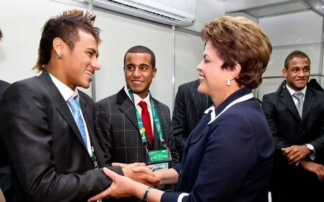 Em 2011, a presidente se encontrou com Neymar, Ganso e Lucas após o sorteio preliminar da Copa do Mundo no Brasil