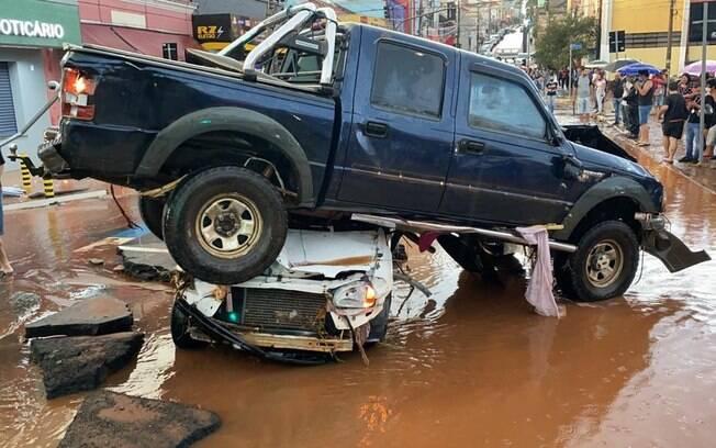 Mais de 20 carros foram arrastados pelas fortes chuvas na tarde desta quinta (26) em São Carlos