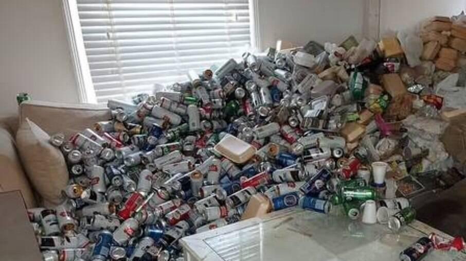 Milhares de latas de cerveja vazias abandonadas em apartamento