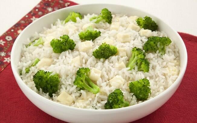 O arroz com brócolis é uma receita mais tradicional, mas perfeita para fazer o arroz render
