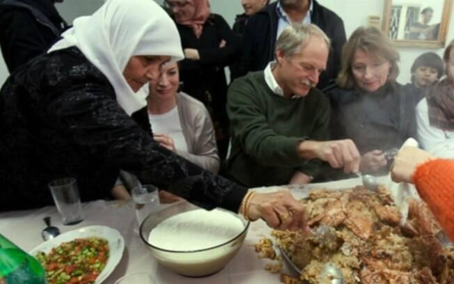 Mãe de Abu Sarah (à esq.) apresenta a judeus a comida palestina. 'Foi emocionante ver a interação'