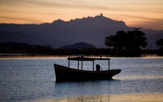 Barco na baía de Paraty: município carioca é Patrimônio Histórico Nacional