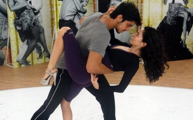 Rodrigo Simas e Claudia Ohana ensaiam coreografia para apresentar no
