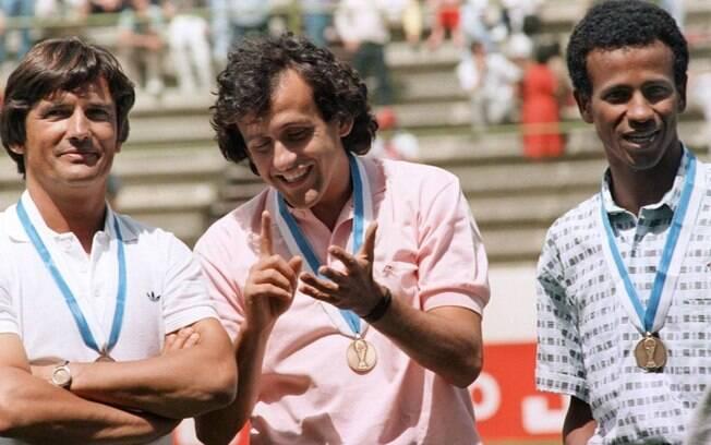 Henri Michel (a esquerda) foi campeão olímpico com a seleção francesa