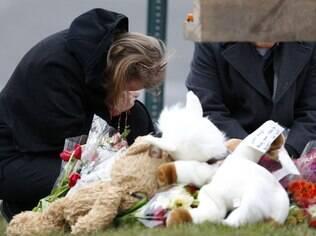 População de Newtown construiu memoriais na cidade em homenagem às vítimas, entre elas 20 crianças