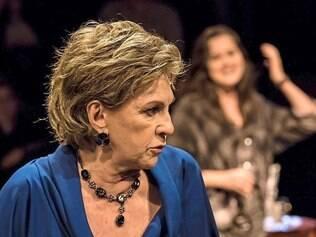 Tabus - Suzana Faini como Esther, na noite em que sua reunião de família pega fogo