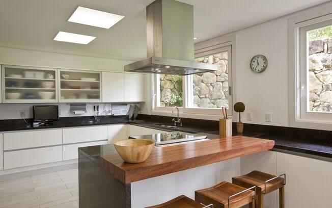cozinha, balcão de granito marrom café, bancada de madeira, coifa de