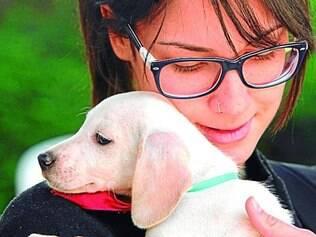 Paixão. Estudante Bruna Sanches se apaixonou por cãozinho assim que o encontrou em feira na UFMG
