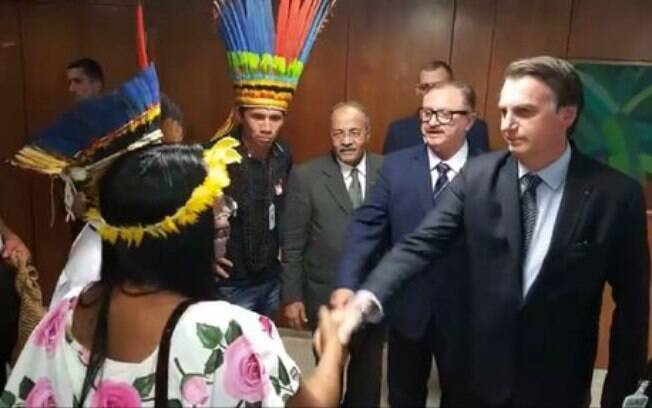 Jair Bolsonaro fez a transmissão ao vivo ao lado de lideranças indígenas