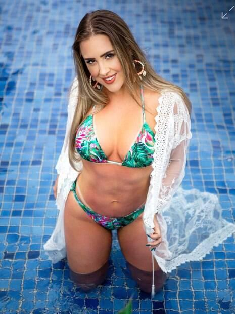 Patrícia Leitte posa sensual na piscina