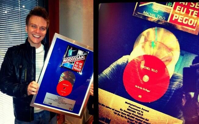Michel Teló mostrou seu disco triplo de platina