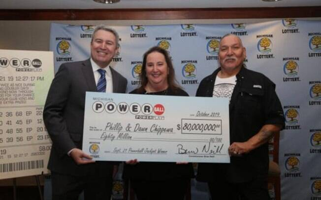 Phillip Chippewa (dir.) ao lado da esposa, eles ganharam US$ 80 milhões na loteria em Michigan, Estados Unidos