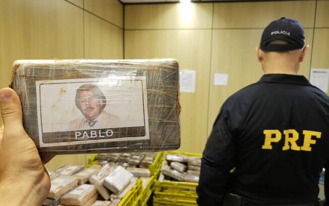 Alguns dos tabletes de cocaína apreendidos traziam a foto e o nome do narcotraficante colombiano Pablo Escobar