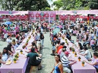 Multidão. Festa da cerveja realizada em outubro do ano passado levou milhares à praça, mas, no dia seguinte, havia muito lixo no local