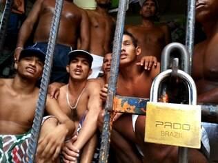 MA - SÃO LUÍS/VIOLÊNCIA - CIDADES - Detentos do Complexo Penitenciário de Pedrinhas, em São Luís, no   Maranhão, nesta segunda-feira. Uma comitiva de senadores da   Comissão de Direitos Humanos fez, nesta segunda-feira, 13, uma visita   à Penitenciária com o objetivo de verificar a situação do presídio e as   condições dos presos. Os senadores permaneceram três horas no   presídio.    13/01/2014 - Foto: MÁRCIO FERNANDES/ESTADÃO CONTEÚDO