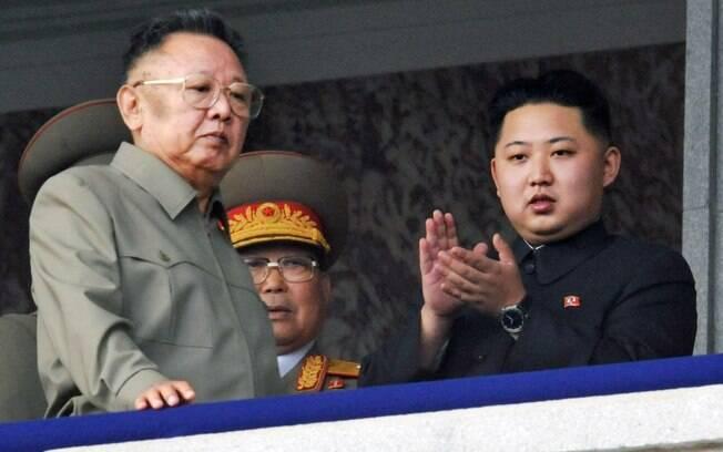 O então líder norte-coreano Kim Jong Il, à esq., caminha com o filho Kim Jong Un, à dir., enquanto assistem à marcha comemorativa na Coreia do Norte (2010)