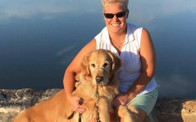 Dona cega se emociona ao ver cão-guia pela primeira vez