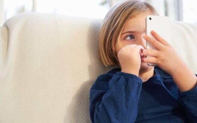 Na hora de permitir o acesso de uma criança ao celular ou outros aparelhos eletrônicos, é preciso estabelecer regras