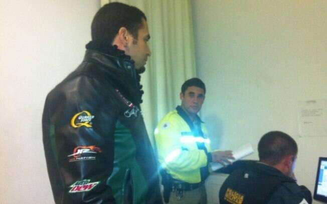 Latino dando queixa na delegacia de Nazareno