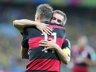 Lahm abraça Klose após atacante fazer o gol que o torna o maior artilheiro da história dos Mundiais