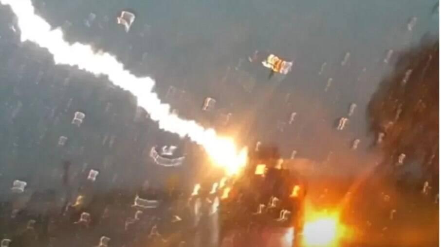 Raio atinge carro no meio de uma tempestade nos Estados Unidos