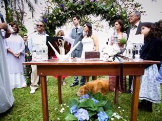 ... e se comportou direitinho durante toda a cerimônia, descansando aos pés da noiva