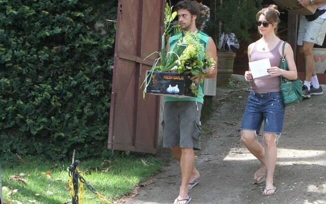 Letícia Spillere o namorado compraram flores