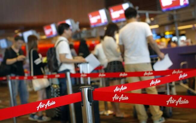 Familiares e amigos de passageiros e tripulantes aguardam informações no Aeroporto de Cingapura. Foto: AP Photo/Wong Maye-E