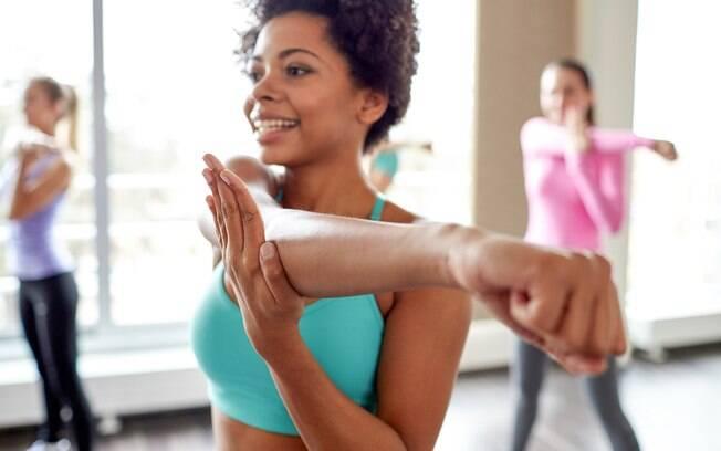 Entre os benefícios de fazer exercícios físicos regularmente está o fato da atividade física dar mais energia para a pessoa ao longo do dia. Apesar de muita gente acreditar que vai ficar cansado sendo ativo, é justamente o oposto que ocorre