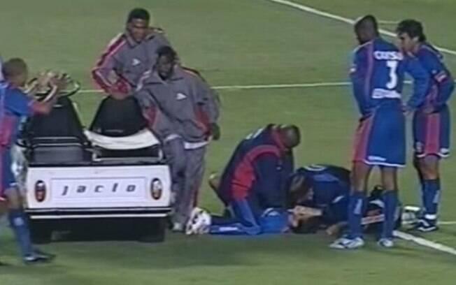 Serginho é atendido em campo após sofrer parada cardíaca