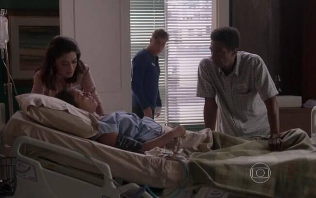 Zé Pedro avisa a Carolina que Dorinha está no hospital, em estado grave, em