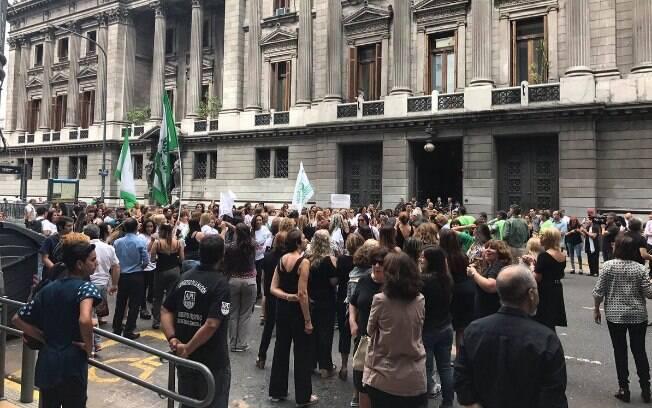 Mulheres começam concentração para marcha em frente ao Congresso Nacional da Argentina, em Buenos Aires