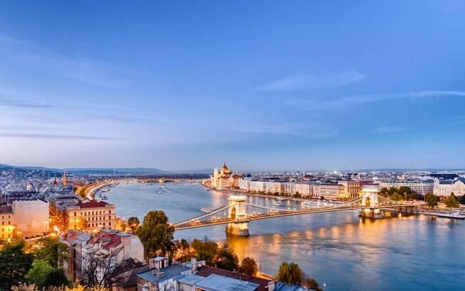 O Rio Danúbio corta a cidade e separa Budapeste em dois lados: Buda, lado ocidental, e Peste, lado oriental da cidade
