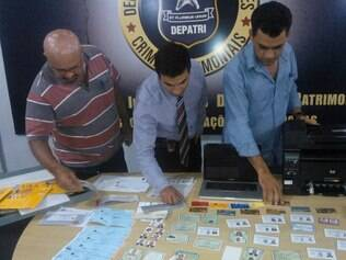 Computadores,. fotos e vários documentos falsos foram apreendidos na casa do suspeito