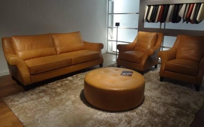 Em salas menores é preferível acomodar apenas um sofá e complementar a composição com poltronas ou pufes