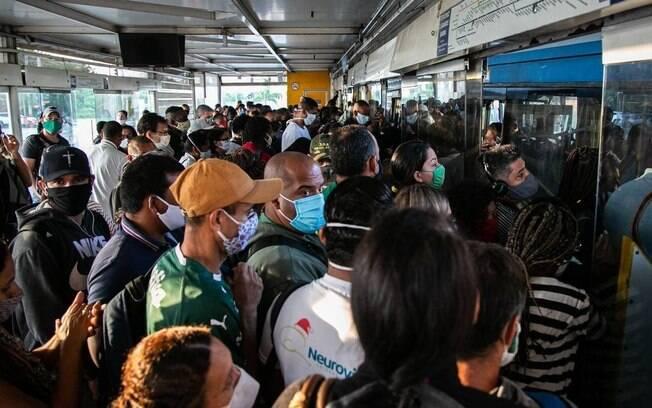 Nos primeiros dias de reabertura no Rio, população já enfrentou lotação no BRT
