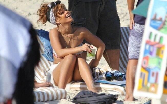 Rihanna se diverte na praia de Ipanema
