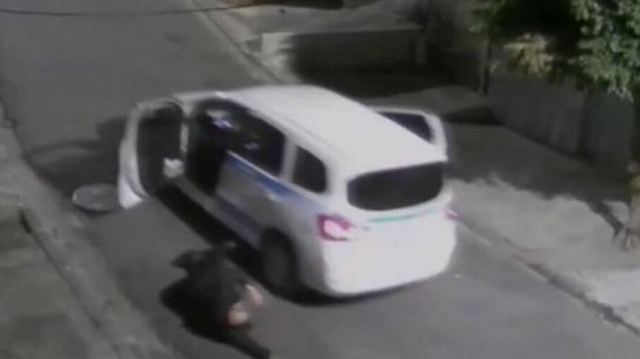 Taxista baleado pula de carro em movimento para fugir de assalto