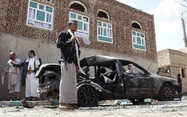 Segundo relatos, homens suicidas explodiram bombas dentro de duas mesquitas na capital do Iêmen, Sanaa