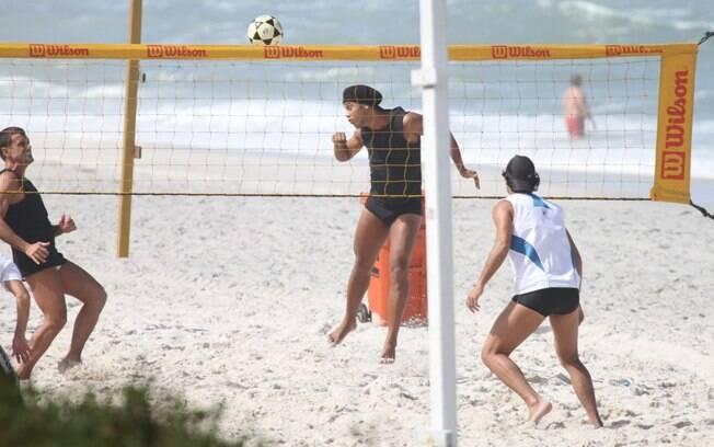 Ronaldinho Gaúcho sai do chão para concluir a jogada