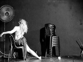 """Comédia. Em """"A Erudita"""", uma cantora descobre que não consegue cantar sem se mover e assim questiona padrões do universo lírico"""