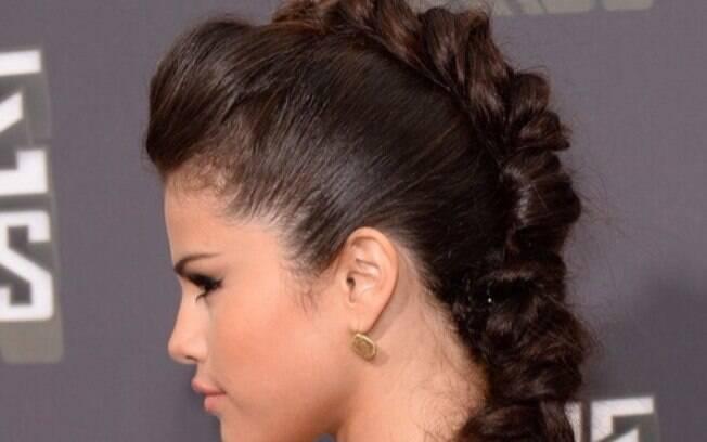 Selena Gomez surge em red carpet com trança boxeadora desconstruída