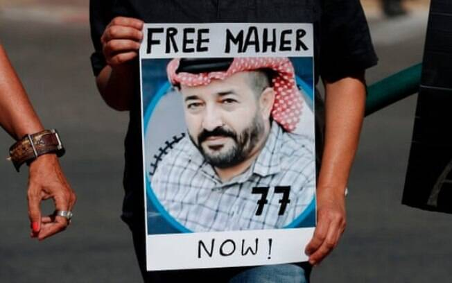 Ativistas israelenses protestam pela libertação de Maher al-Akhras, que está em greve de fome há 100 dias