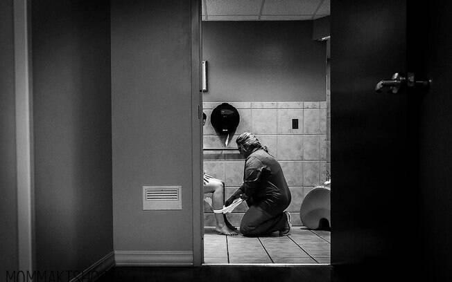 Fotógrafa amiga de escritora registrou momento do pós parto em que enfermeira ensina como usar um absorvente de gelo