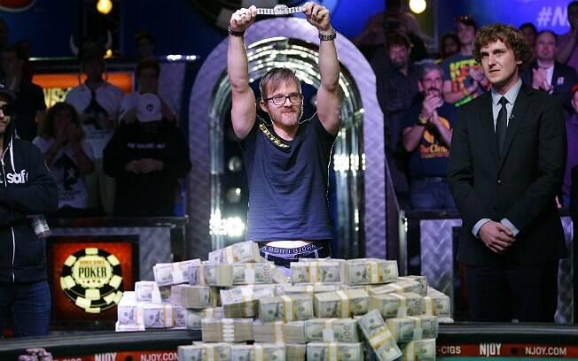 Martin Jacobson, de 27 anos, com o bracelete de ouro do WSOP e os US$ 10 milhões