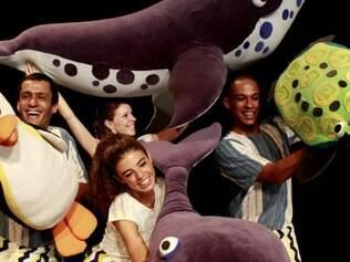 """Espetáculo """"Círculo das Baleias"""" mescla técnicas do teatro de animação com a linguagem da dança"""
