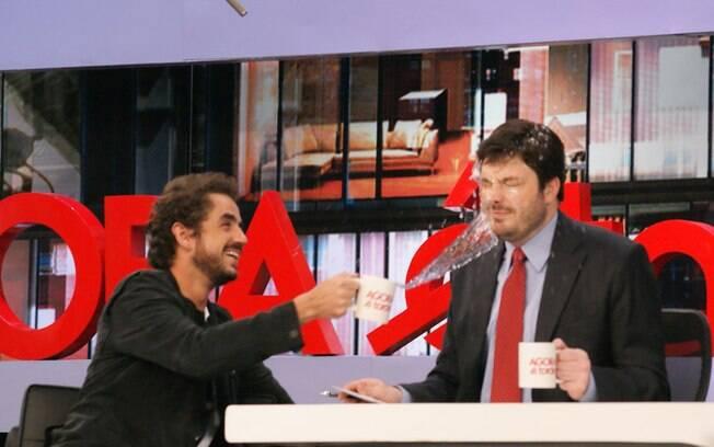 Felipe Andreoli jogou água na cara de  Danilo Gentili durante sua participação no programa