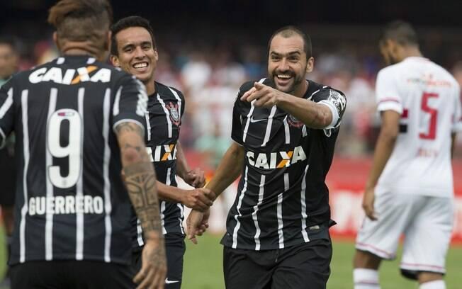 Danilo comemora gol na vitória do Corinthians sobre o São Paulo, pelo Paulistão