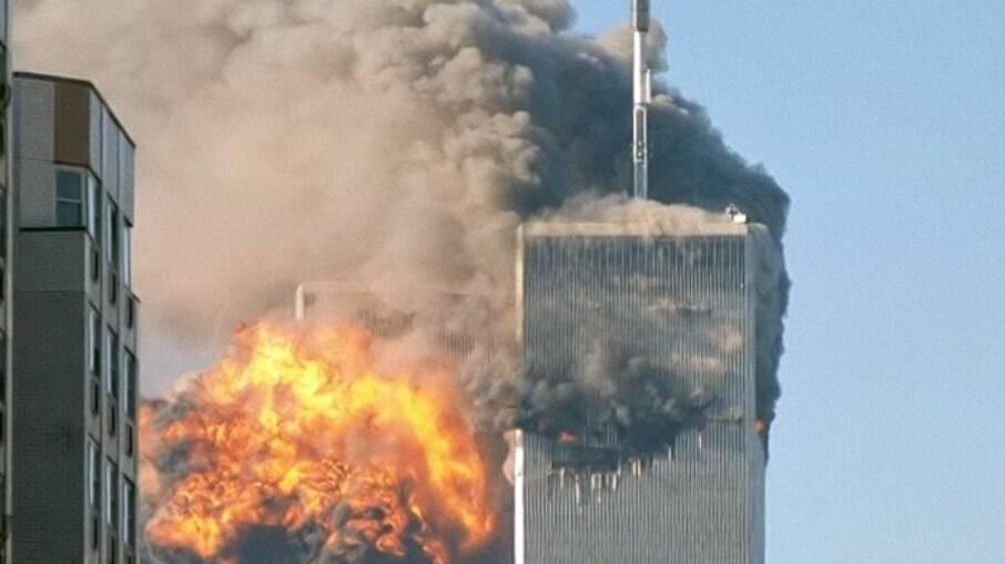 Prédios em chamas após atentado de 11 de setembro de 2001
