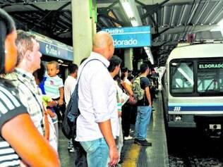 Passageiros dizem esperar até três trens para conseguir vaga em um